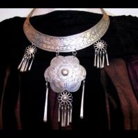 Etnikai törzsi nyakék fém