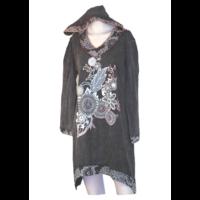 Kapucnis hímzett ruha L/XL